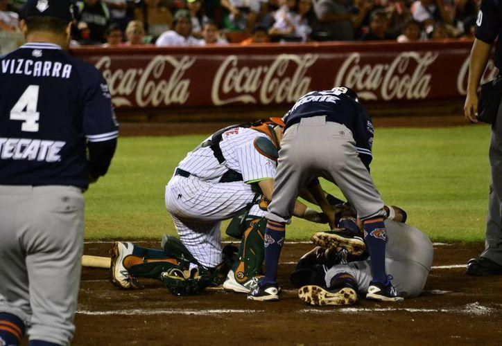 Leones cerró con triunfo la temporada regular de la Liga Mexicana y se encuentra a la espera del primer partido de Pléiofs ante Campeche. En la foto, Esteban Quiroz (Tigres) se duele de un pelotazo.(Milenio Novedades)