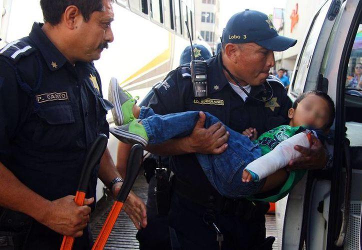 Paramédicos de la Policía Municipal atendieron a un niño que quedó atorado en una escalera eléctrica, en una tienda departamental en el Centro de Mérida. (Milenio Novedades)