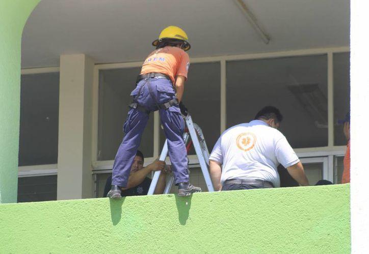 Realizan prácticas de descenso vertical para rescatar una víctima lesionada desde una superficie por arriba de un segundo nivel. (Harold Alcocer/SIPSE)