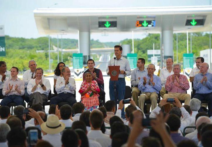 Peña Nieto encabezó la inauguración de la autopista Ciudad Valles-Tamuín, en el estado de San Luis Potosí. (Presidencia)