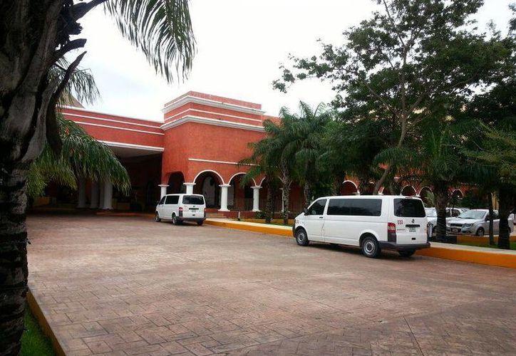 Los taxistas denuncian que hay camionetas que recogen ilegalmente a turistas de los hoteles, Sintra asegura que las que lo hacen sí tienen permisos. (Octavio Martínez/SIPSE)