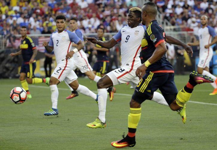Farid Díaz, de Colombia (d) y Gyasi Zardes, de Estados Unidos (c), compiten por el balón en el partido inaugural de la Copa América Centenario. Los cafetaleros se llevaron los tres puntos.  (AP)