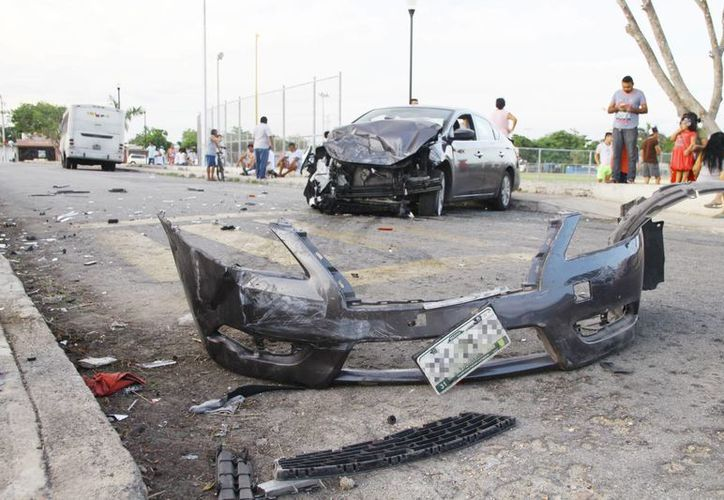 Tras chocar con un camión de pasaje, el Sentra quedó desbaratado del frente. (Milenio Novedades)
