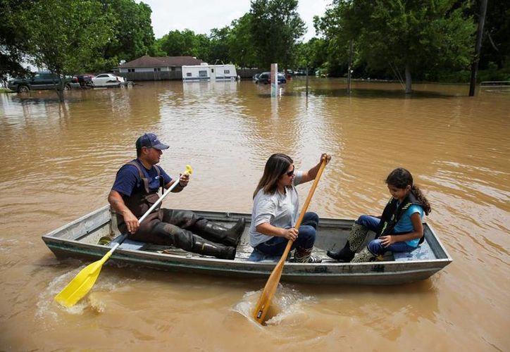 Las intensas lluvias que caen sobre Texas están causando crecidas de los ríos. (AP)