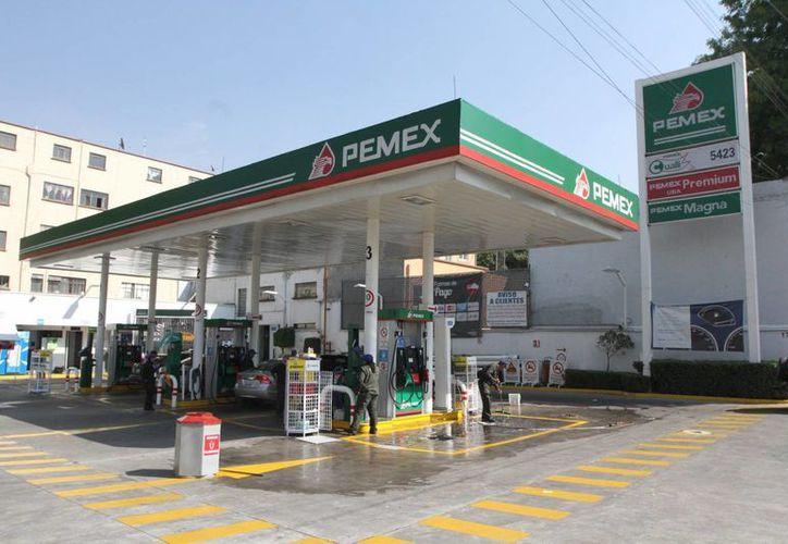 En febrero estaban programados por lo menos dos aumentos a las gasolinas. (Archivo/Notimex)