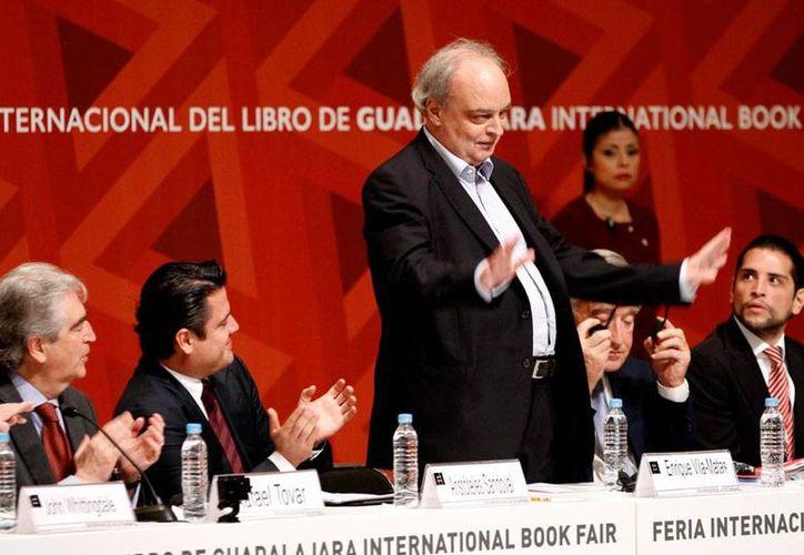El escritor Enrique Vila-Matas (de pie) ganó el premio FIL de Literatura en Lenguas Romances. La Feria se inauguró este sábado. (Notimex)