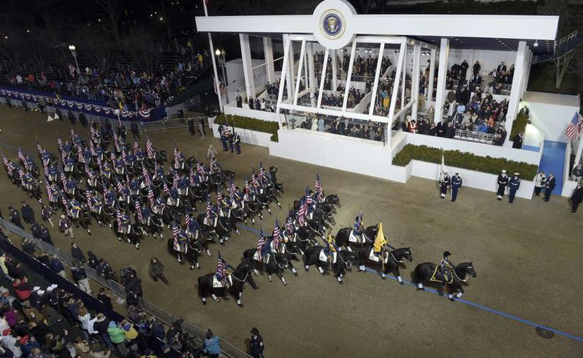 La nueva familia presidencial encabezó el desfile inaugural en la avenida Pennsylvania, en Washington. (AP/Evan Vucci)