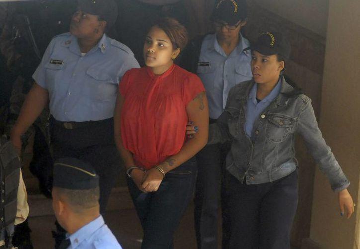 La cantante dominicana Martha Heredia (c), ganadora del Latin American Idol, asiste a una audiencia judicial en Santiago, República Dominicana. (EFE)