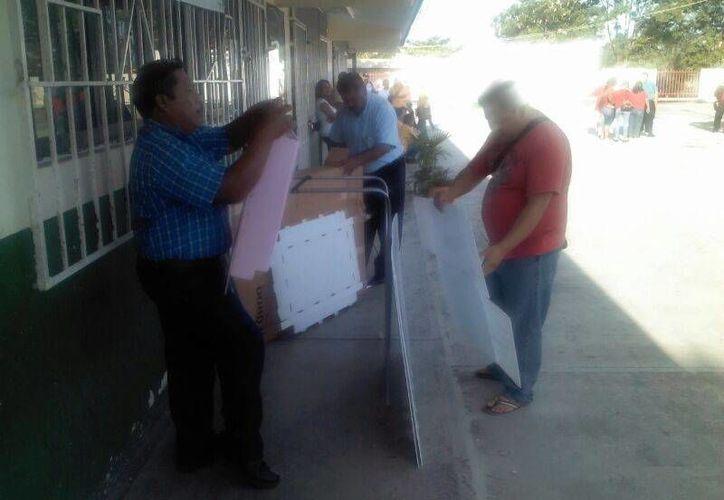 Funcionarios de casilla preparan las urnas para depositar los votos. (Eric Galindo/SIPSE)