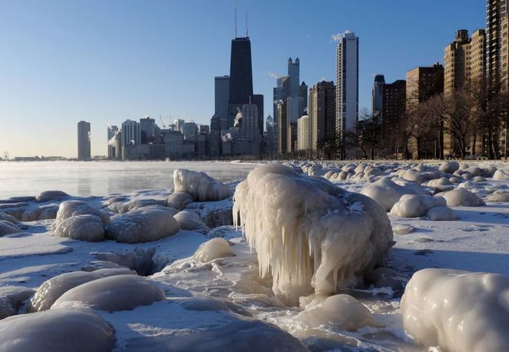 Formas de hielo a lo largo de la orilla del lago Michigan. (Agencias)
