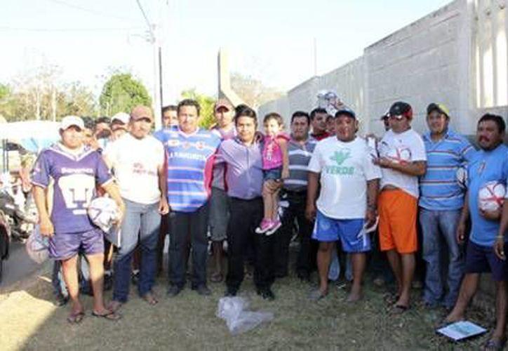 Los capitanes de los equipos provenientes de la cabecera así como de algunas comunidades de este municipio, recibieron la dotación de balones. (Cortesía)