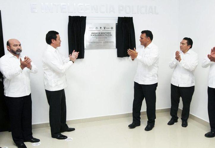 El gobernador Rolando Zapata Bello y el secretario de Gobernación, Miguel Ángel Osorio Chong, inauguraron la Unidad de Monitoreo e Inteligencia Policial. (SIPSE)