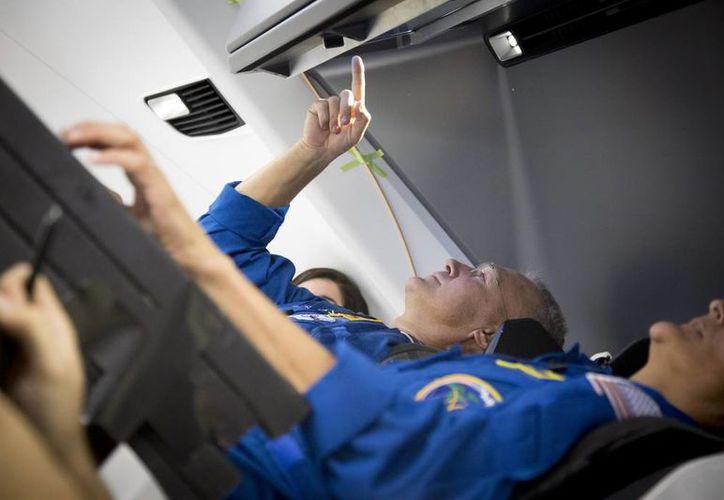 Los astronautas deben agregar agua a sus alimentos para poder consumirlos, ya que, de no quitar el agua a la comida, podría perjudicar el peso de la nave y por ende el viaje. (NASA)