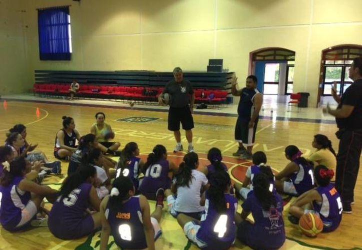 Asistieron alrededor de 20 jóvenes basquetbolistas a la clínica. (Lanrry Parra/SIPSE)