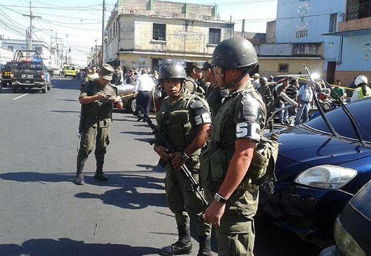Tras el ataque las autoridades cercaron la zona. (Alex Cruz/elperiodico.com.gt)