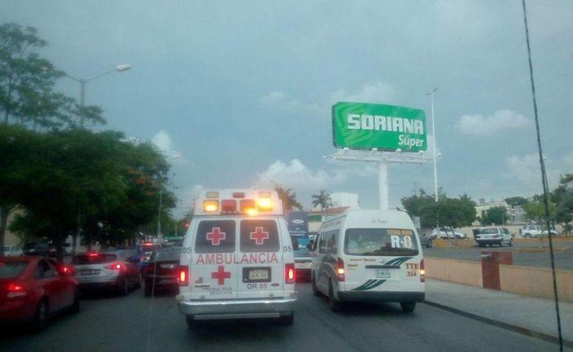 Las unidades de emergencia se dirigían al lugar de los hechos, luego del reporte de una persona herida por arma de fuego. (Eric Galindo)