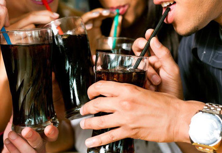 El consumo de refresco en México es igual a si consumieramos nueve cucharadas de azúcar por día. (diabetesbienestarysalud.com)