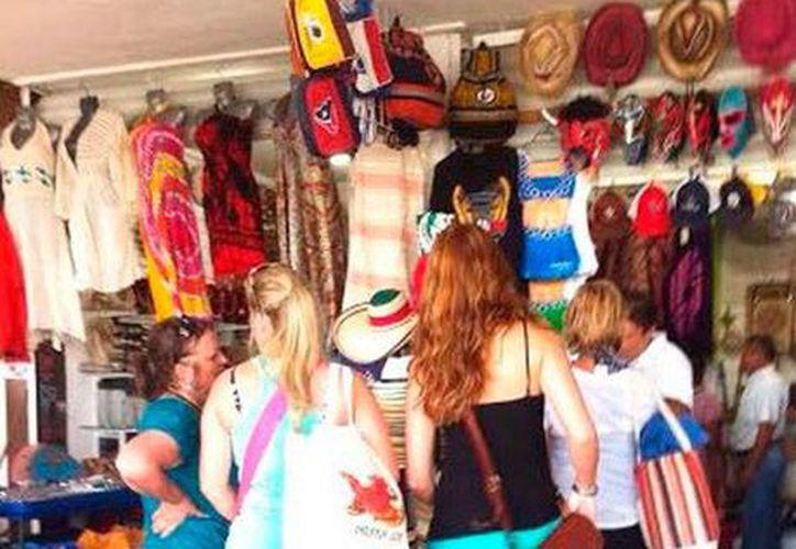 Unos 300 pasajeros del crucero Emerald Princess permanecieron en Progreso, lo que se reflejó en las buenas ventas de los comerciantes, principalmente de artesanías. (Óscar Pérez/SIPSE)