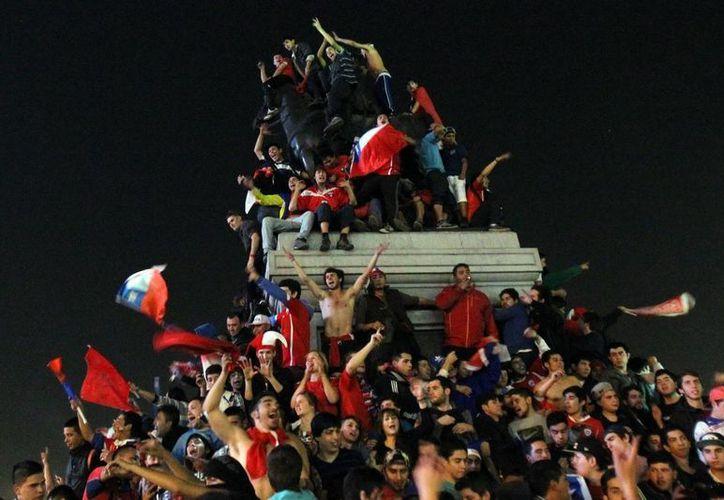 Celebración chilena  en la Plaza Baquedano en Santiago por la calificación de su selección a los octavos de final del Mundial de Brasil. (EFE)