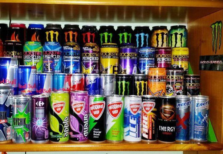 Las bebidas energéticas ofrecen una importante aportación de carbohidratos, por lo que especialistas sugieren evitar un consumo excesivo. (Milenio Novedades)