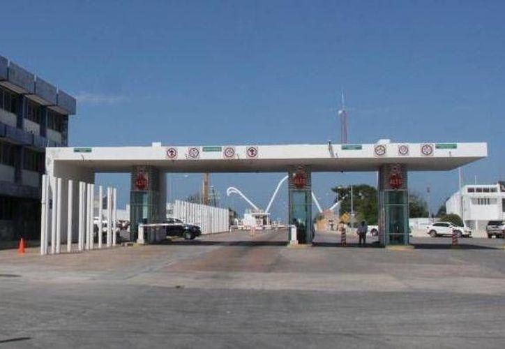 En la terminal portuaria y otros puntos vigilados por la API, trabajan más de 50 guardias de seguridad. (SIPSE)
