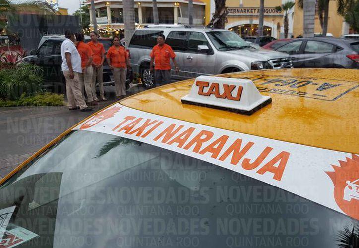 """Fue presentada la aplicación """"En Quintana Roo No Estoy Sola"""" y el """"Taxi Naranja"""". (Jesús Tijerina/SIPSE)"""