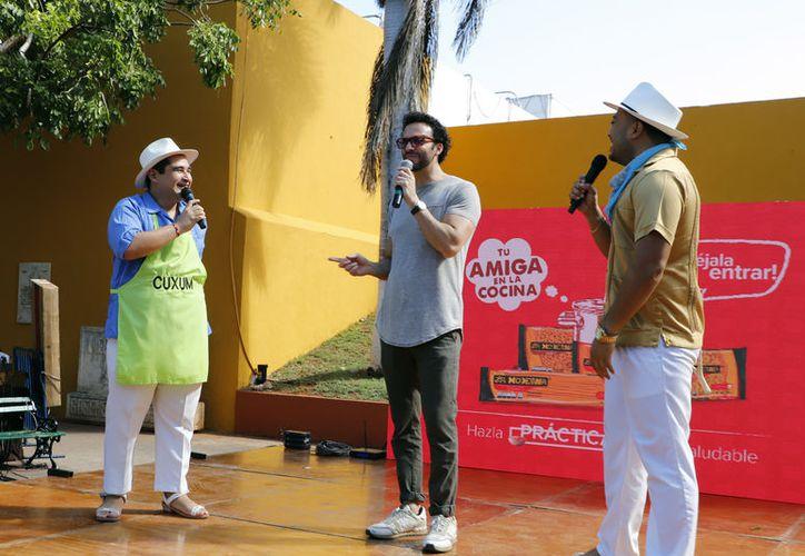 """El Chef Oropeza compartió escenario con Cuxum y Chayac  en la presentación de la campaña """"Tu amiga en la cocina, cuando la encuentres déjala entrar"""" de productos la Moderna. (Novedades Yucatán)"""