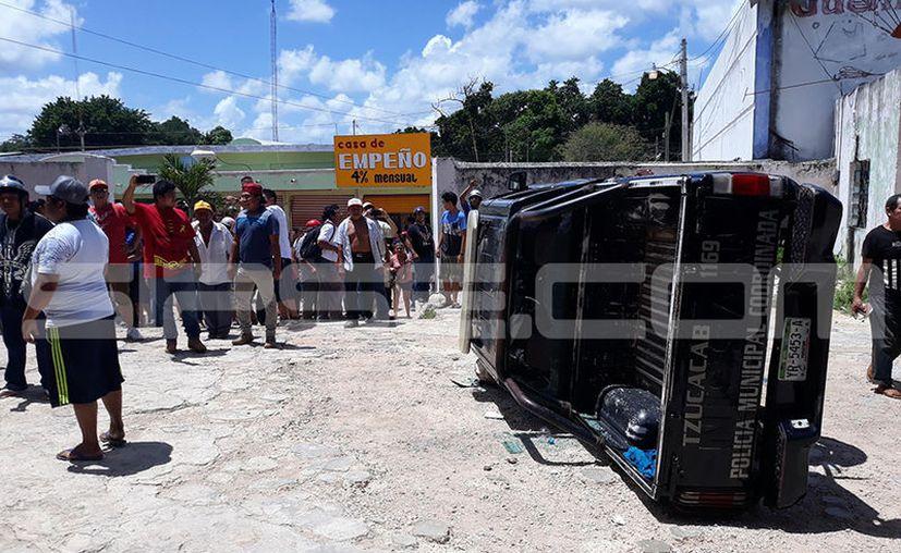 La Comandancia de Policía en Tzucacab y sus vehículos terminaron con daños materiales tras el enfrentamiento, además de 4 policías lesionados. (SIPSE)