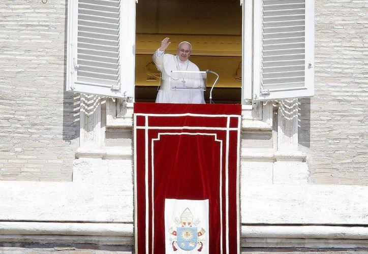 El Papa Francisco al dirigirse a los fieles este domingo durante el rezo del Ángelus en la plaza de San Pedro, en El Vaticano. (EFE/Archivo)