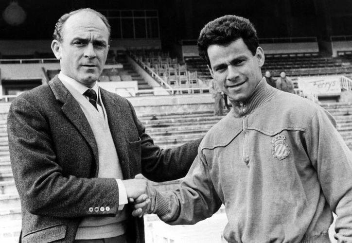 El paraguayo Cayetano Re (d) saluda a Alfredo Di Stéfano en una foto de 1966. (EFE/Archivo)
