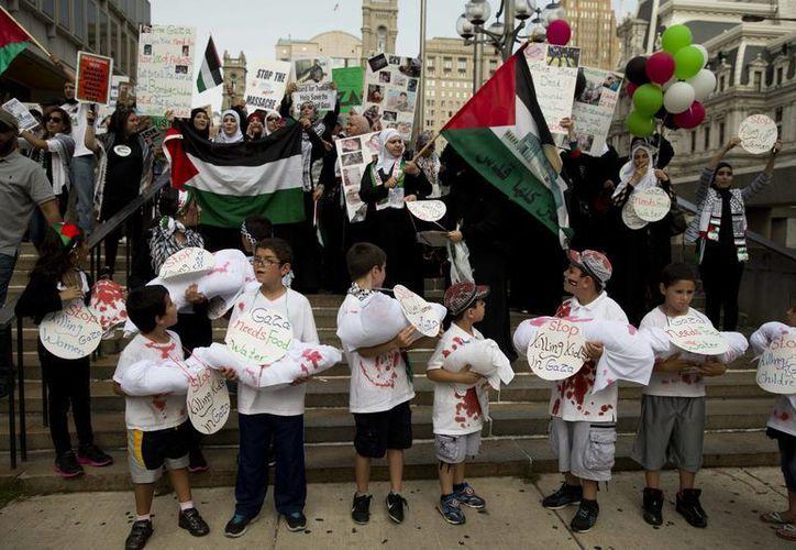 Una manifestación contra la guerra de Israel y Hamás en la Franja de Gaza se realizó este miércoles cerca de la plaza John F. Kennedy, en Filadelfia (Foto: AP)
