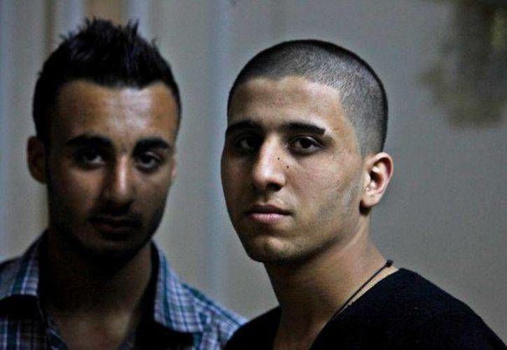 Ayman al-Sayed, de 19 años, y Mohammed Hanouna, posan durante una entrevista en Gaza, el domingo 7 de abril de 2013. La policía en Hamas detuvo y rapó a Al-Sayed por traer el cabello de punta como su amigo Hanouna. (Agencias)