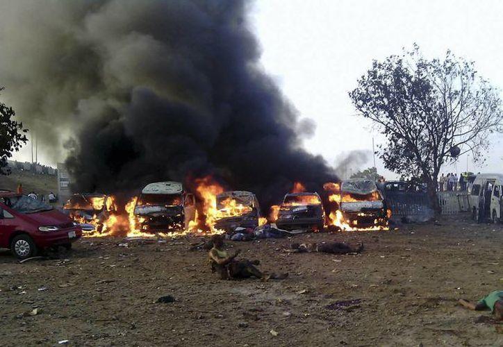 La bomba que causó al menos 71 muertos en una estación de Nigeria destruyó 16 autobuses de lujo y 24 minubuses. (Agencias)