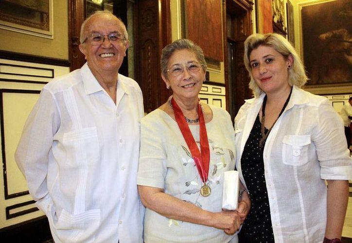 Stella María González Cicero (centro) acompañada de su esposo, Jorge Garibay, y su hija Stella. (Jorge Acosta/Milenio Novedades)