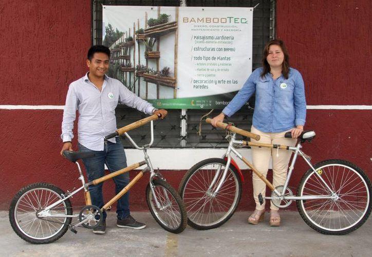 Alfonso Xool Moo y Cristina Espinosa López desarrollaron el proyecto innovador de una bicicleta con material de bambú cuya energía cinética se puede convertir en energía para cargar un celular. (César González/SIPSE)