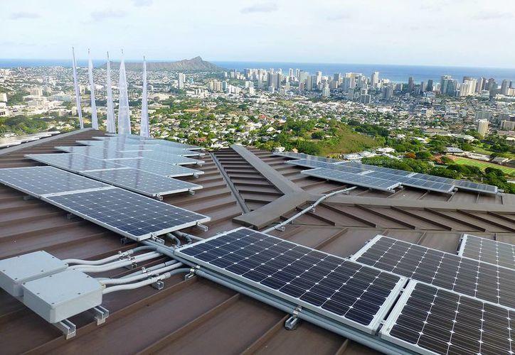 Foto sin fecha suministrada por Blue Planet Energy Systems, LLC, en la que se ven paneles de energía solar en la vivienda de Henk Rogers en Honolulu. (Agencias)