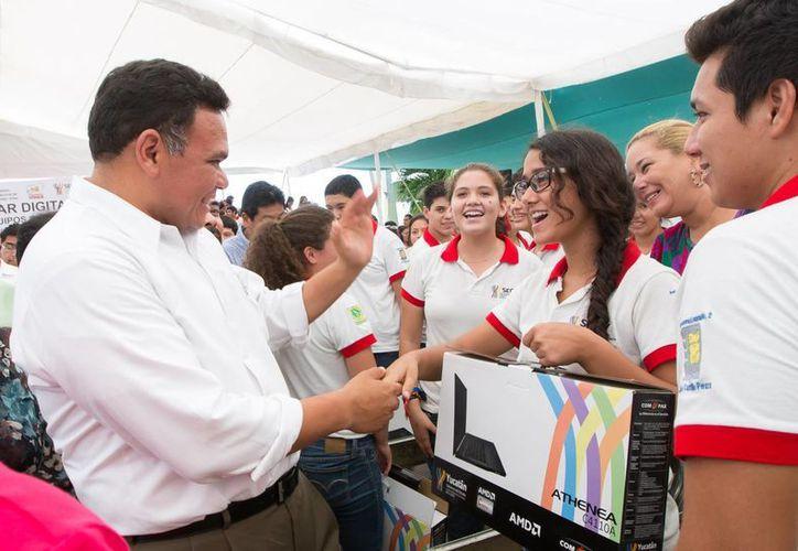 El gobernador de Yucatán, Rolando Zapata Bello, convive con estudiantes beneficiados con equipos de cómputo del programa Bienestar Digital. (SIPSE)