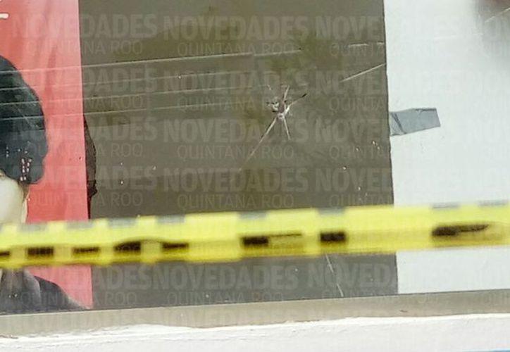 El local recibió cinco impactos de bala, presuntamente de bajo calibre. (Foto: Eric Galindo/SIPSE)