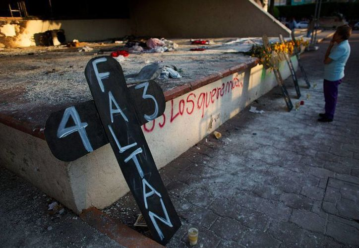 Afirman que en el caso de la desaparición de los 43 normalistas de Ayotzinapa todavía no hay un móvil claro. Imagen de archivo de una cruz que recuerda a los normalistas en Iguala, Guerrero. (Archivo/AP)