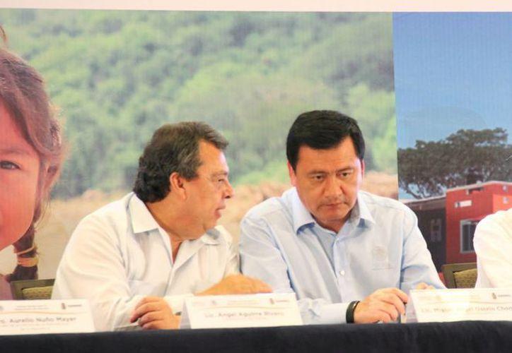 gobernador con licencia de Guerrero, Ángel Aguirre y el secretario de Gobernación, Miguel Ángel Osorio Chong, durante una sesión Plenaria del Consejo Estatal para la Restauración de Guerrero. (Archivo/Notimex)