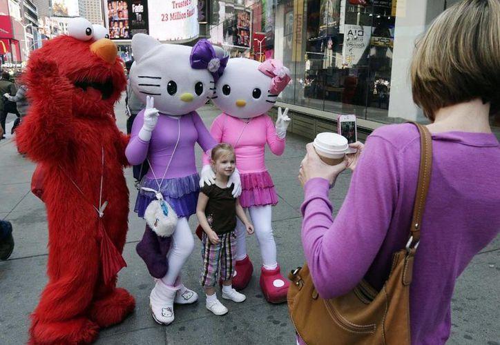 Los personajes televisivos son explotados y sin regulación por parte de las autoridades, en Times Square. (Archivo/AP)