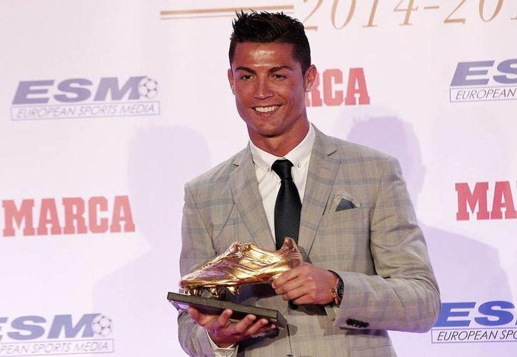 Se espera que Cristiano Ronaldo, quien hace unos días recibió la Bota de Oro al máximo goleador europeo, pueda ser titular en el partido PSG vs Real Madrid, dentro de la fase de grupos de la Liga de Campeones de Europa. (Notimex)