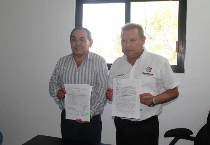El titular de la Comisión Nacional Forestal y el presidente municipal. (Raúl Balam/SIPSE)