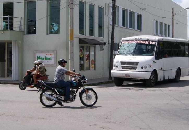 Desde hoy cuatro unidades de transporte público atenderán las dos nuevas rutas que llegarán a las colonias Altar y Miraflores.  (Gustavo Villegas/SIPSE)