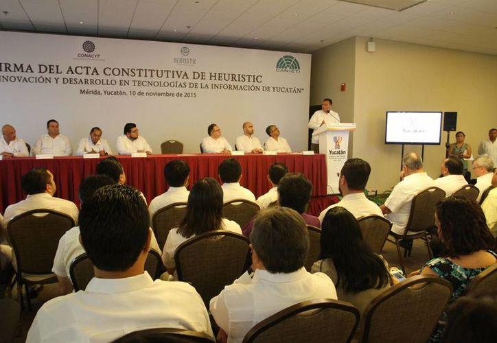 El gobernador Rolando Zapata durante la firma del acta constitutiva de Heuristic, que detonará la productividad de empresas y promocionará  el número de compañías de tecnologías de la información y la comunicación (TIC) en la región. (César González/SIPSE)