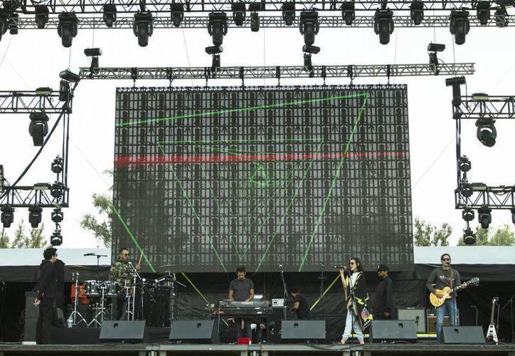 En cuestión de horas dará inicio el festival de música más grande del país. En la foto, el escenario del evento durante las pruebas de sonido.(Notimex)