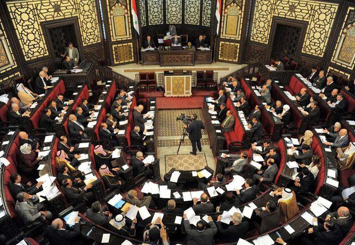 Legisladores sirios en sesión para la aprobación de la nueva ley electoral. (Agencias)