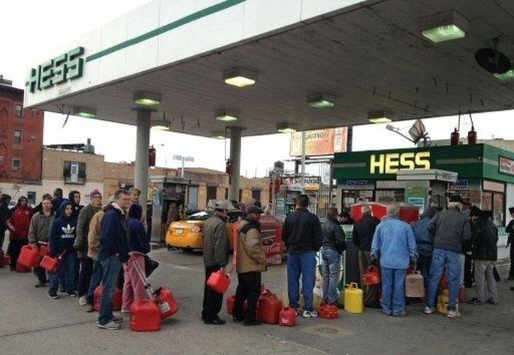 Las gasolineras neoyorkinas registran largas filas de hasta 10 cuadras de largo. (Agencias)