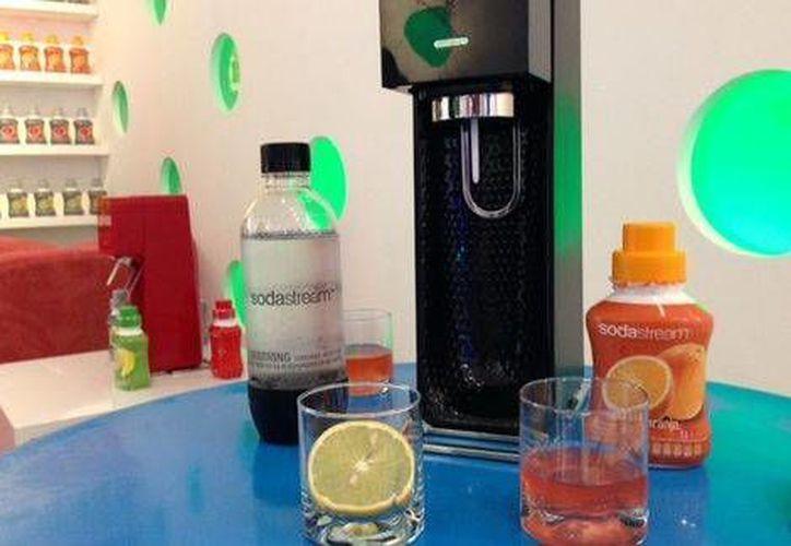 SodaStream tiene presencia en más de 44 países y la máquina no requiere de energía eléctrica o baterías para ponerle burbujas a tu agua. (Brenda Valdez/Milenio)