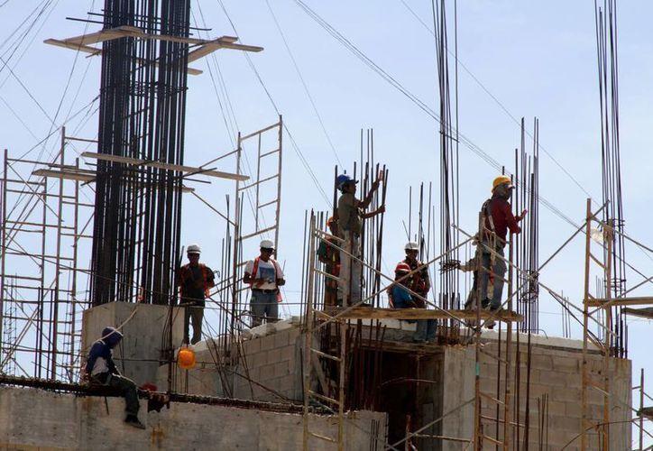Los afiliados a la Cámara Mexicana de la Industria de la Construcción buscan obtener más contratos de obra privada, ya que la pública presenta atrasos en pagos por hasta un año. (María Mauricio/SIPSE)